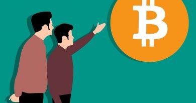 Dos personas hablando sobre Bitcoin (BTC)